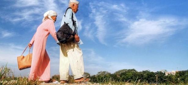 orang tua umur 60 tahun, jalan-jalan dan bahagia